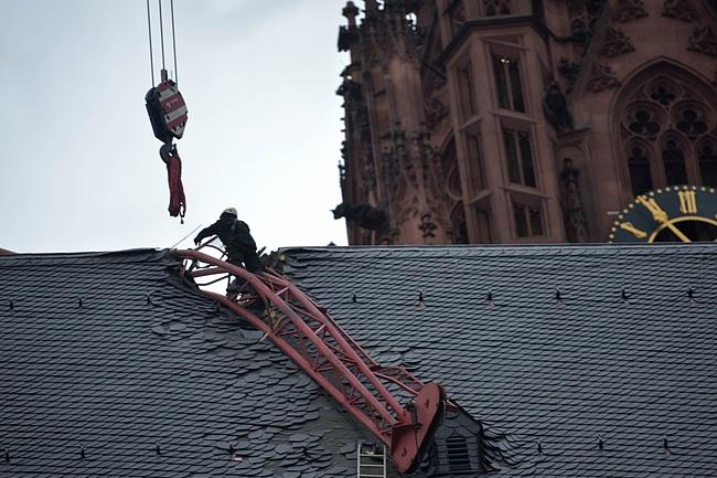 Abgestürzter Kranausleger geborgen - Höhe des Schadens am Dom wird ermittelt