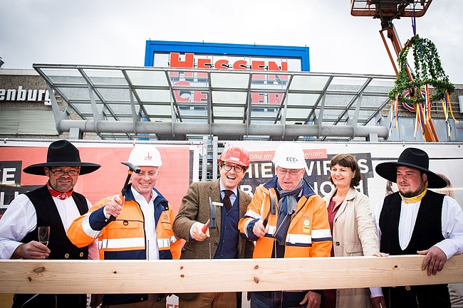 Topping-out ceremony for first construction phase of new multi-storey car park at Hessen-Center Frankfurt