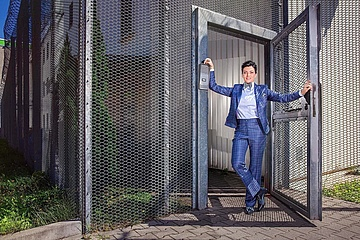 KLEIDER MACHEN LEUTE: Fotoshooting im Gefängnis – elegante JVA-Beamtin