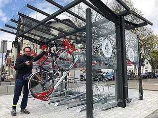 Neue überdachte Abstellanlage für Fahrräder auf dem Höchster Markt