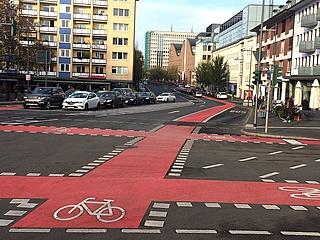 Neue Rotmarkierung für Radfahrer auf der Kurt-Schumacher-Straße fertig