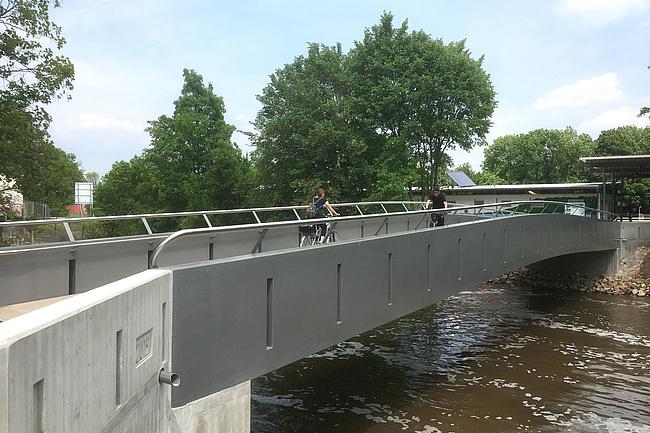 Stadt eröffnet neue Brücke an der Nidda