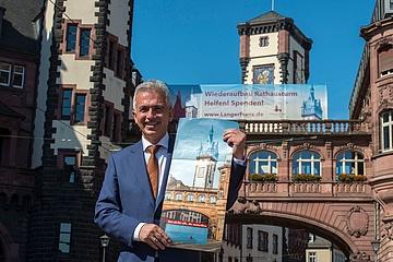 Banner am Römer ruft zum Spenden für 'Langen Franz' auf
