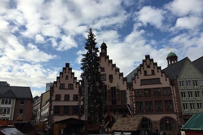 Frankfurts Weihnachtsbaum hat einen Stern