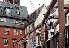 Wollkenkratzer – Garngraffiti in der neuen Altstadt