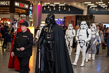 Darth Vader landet am Airport Frankfurt