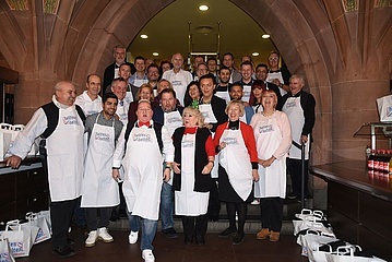 'helfen helfen' invited for the 8th time homeless people to a Christmas goose dinner in the Römer