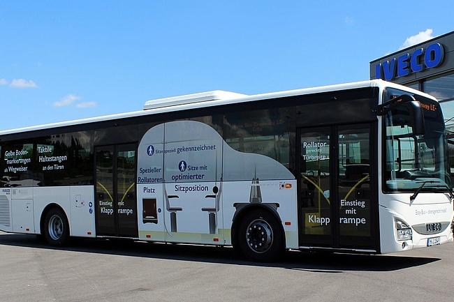 Behindertengerechter Linienbus wird zum Welt-MS-Tag 2019 in Frankfurt präsentiert