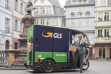 KLEIDER MACHEN LEUTE: Elegant und emissionsfrei durch die Neue Altstadt Frankfurts