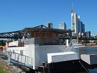 Das POP UP BOAT legt am Mainufer an
