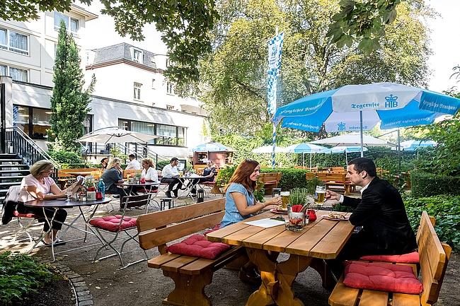 Main Tegernsee – Gemütlicher Biergarten im Schatten der Hochhäuser