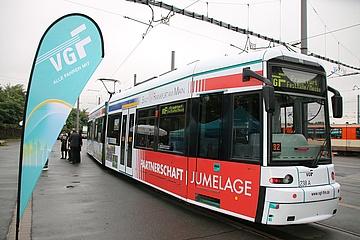 Bahn frei für die Freundschaft: Neue Lyon/Frankfurt-Partnerschaftstram fährt durch die Stadt