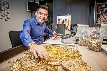 KLEIDER MACHEN LEUTE – Beim Goldprüfer
