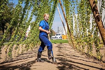 Kleider machen Leute im Oktober:  In High-Heels und Hosenanzug im Hopfengarten
