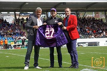 Purple Trikot-Jackett als Präsent für Universe-Boss Klaus Rehm