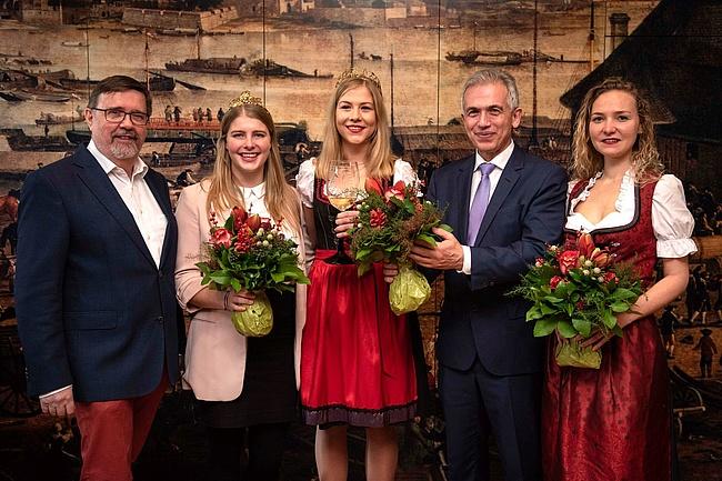 Marilen übergibt ihre Krone an Greta - Neue Frankfurter Weinkönigin gekrönt