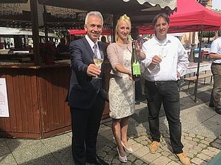 Erster Frankfurter Krönungswein offiziell auf dem Rheingauer Weinmarkt vorgestellt