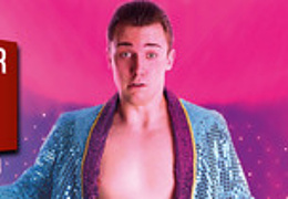Der Ansager einer Stripteasenummer gibt nicht auf - Ein-Mann-Tour-De-Force von Bodo Kirchhoff