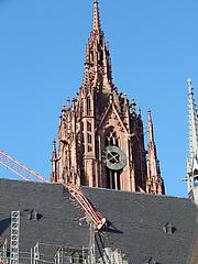 Sturm beschädigt das frisch sanierte Dach des Frankfurter Doms