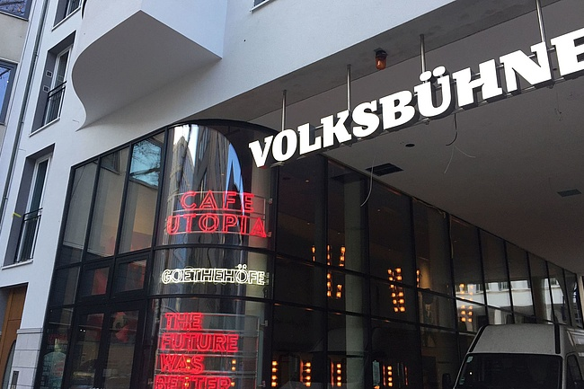 Experience the opening premiere of the Volksbühne in the livestream