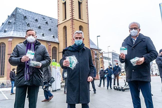 Maskenverteilaktion im Frankfurter ÖPNV