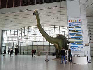 Dino auf Reisen: Senckenberg-Wahrzeichen besucht die Hauptstadt