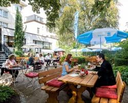 Main Tegernsee – Gemütlicher Biergarten im Schatten der Hochhäuser Main Tegernsee
